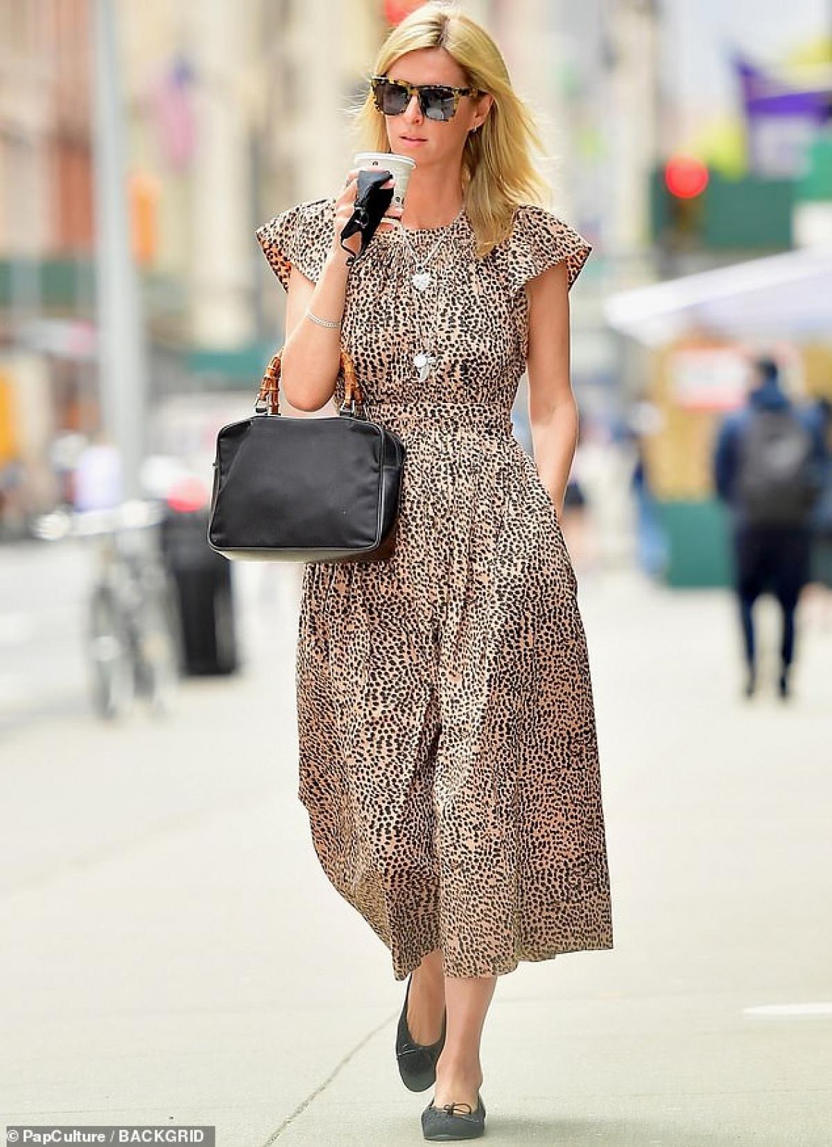 Nicky Hilton một mình đi dạo phố ở New York ngày 16/4.