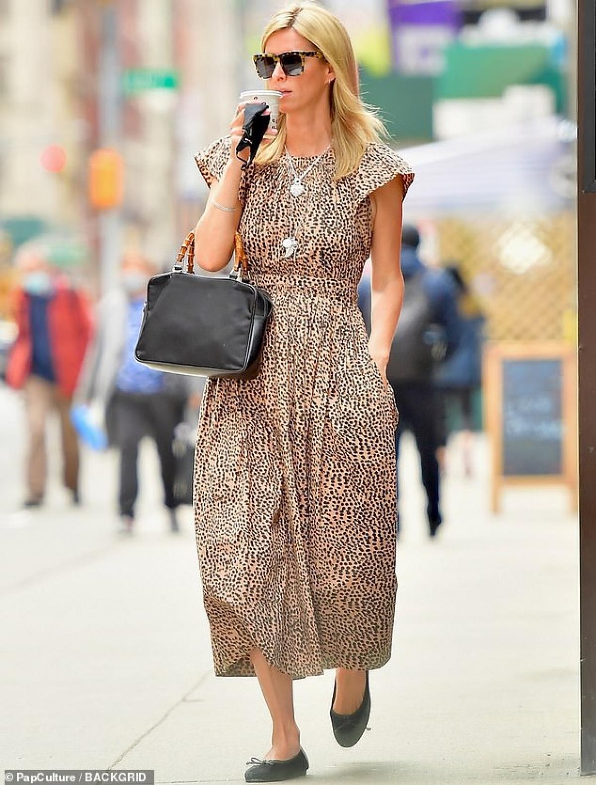 Em gái Paris Hilton mặc đầm họa tiết điệu đà và xách túi hiệu ra phố.