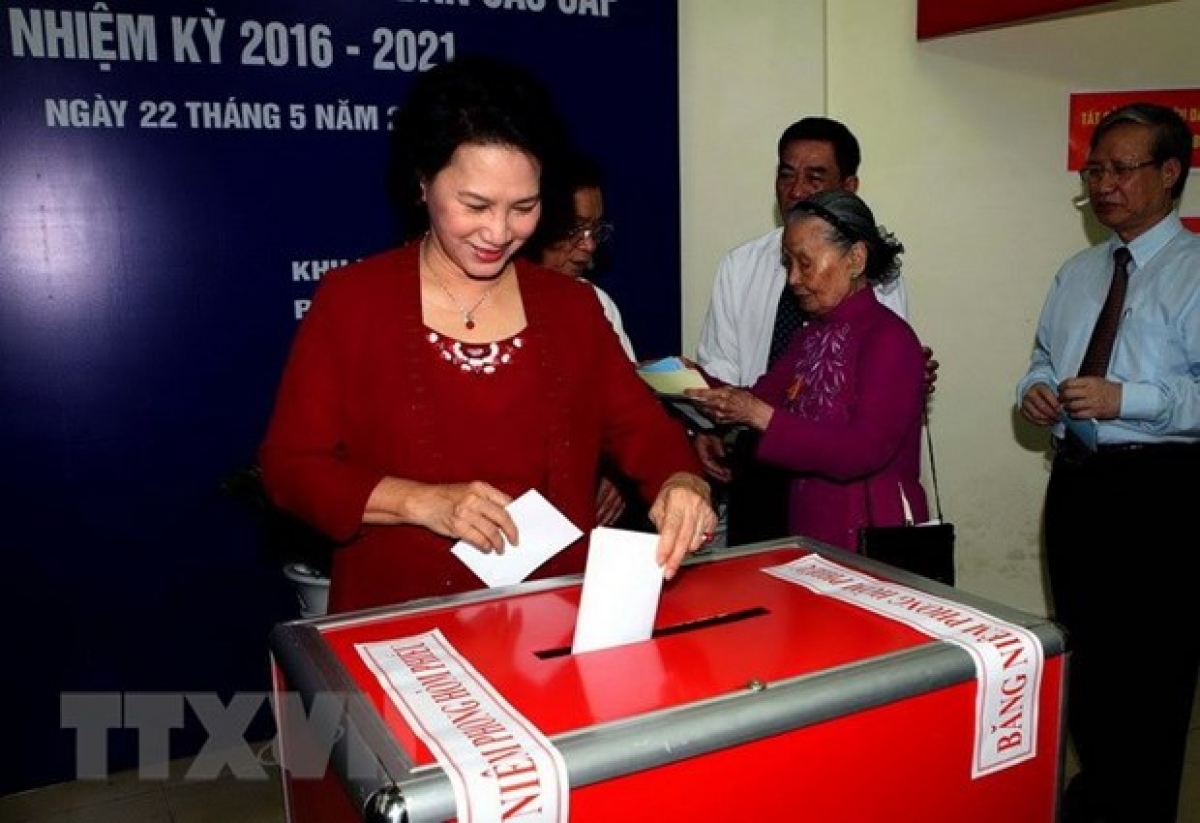 Then NA Chairwoman Nguyen Thi Kim Ngan, who is also Chairwoman of the National Election Council, casts ballot to elect deputies to the 14th legislature and all-level People's Councils for 2016-2021 at a constituency in Vinh Phuc ward, Ba Dinh district, Hanoi.