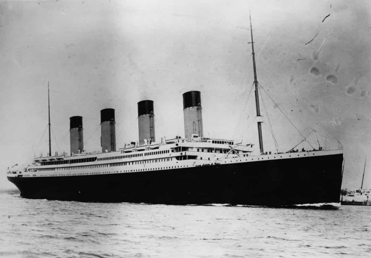 Tàu Titanic sẽ không bị chìm nếu có tới 4 trong số 16 khoang kín nước bị ngập. Tuy nhiên, việc đâm vào tảng băng trôi đã khiến 6 khoang phía trước của tàu bị ngập.