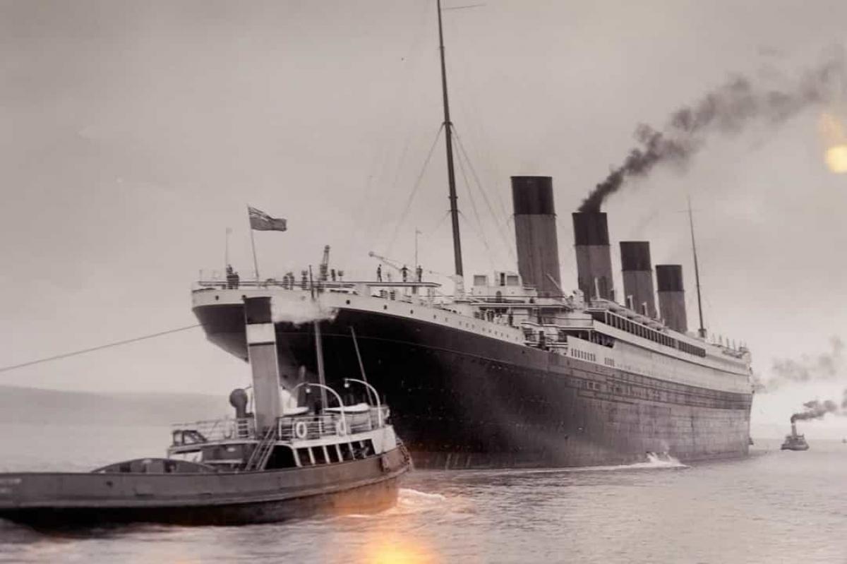 Tàu Titanic mất khoảng 2 giờ 40 phút để chìm hoàn toàn xuống biển sau vụ va chạm với tảng băng trôi.