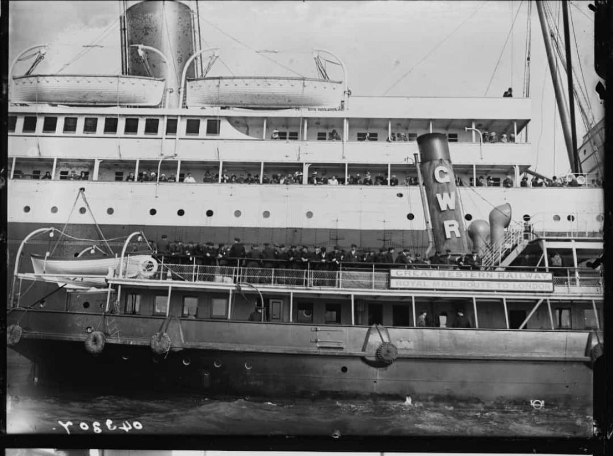 """Vào năm 1898, 14 năm trước khi tàu Titanic chìm, một tác giả tên là Morgan Robertson đã viết một cuốn sách về một con tàu """"không thể chìm"""" có tên """"The Wreck of the Titan"""", kể về một con tàu bị chìm sau khi va chạm với một tảng băng trôi."""