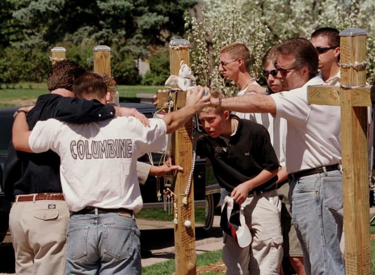 Vụ thảm sát trường trung học Columbine (ngày 20/4/1999).Eric David Harris vàDylan Bennet Klebold là 2 học sinh cuối cấp đã nổ súng khiến 13 người thiệt mạng và 24 người khác bị thương tại trường trung học Columbine ở Columbia, Colorado.Sự kiện này đã gây ra một cuộc tranh luận về quyền sở hữu súng và sức khỏe tâm thần của các học sinh trung học. Hai học sinh đã tự sát sau vụ xả súng.