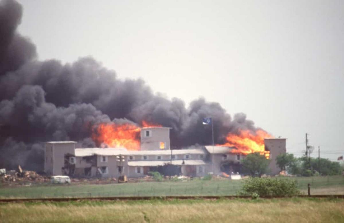 Cuộc bao vây Waco (ngày 19/4/1993).Cuộc bao vây được thực hiện bởi cơ quan thực thi pháp luật liên bang và bang Texas của Mỹ, cũng như quân đội Mỹ, trên một khu đất thuộc nhóm tôn giáo Branch Davidians.Cuộc bao vây, bắt đầu vào ngày 28/2 và lên đến đỉnh điểm vào ngày 19/4, là kết quả của việc các cơ quan liên bang và tiểu bang nghi ngờ nhóm tôn giáo này tàng trữ vũ khí bất hợp pháp. FBI đã tấn công khu nhà bằng hơi cay trong nỗ lực buộc Branch Davidians ra khỏi trang trại. Vụ tấn công dẫn đến hỏa hoạn khiến 76 người thiệt mạng.