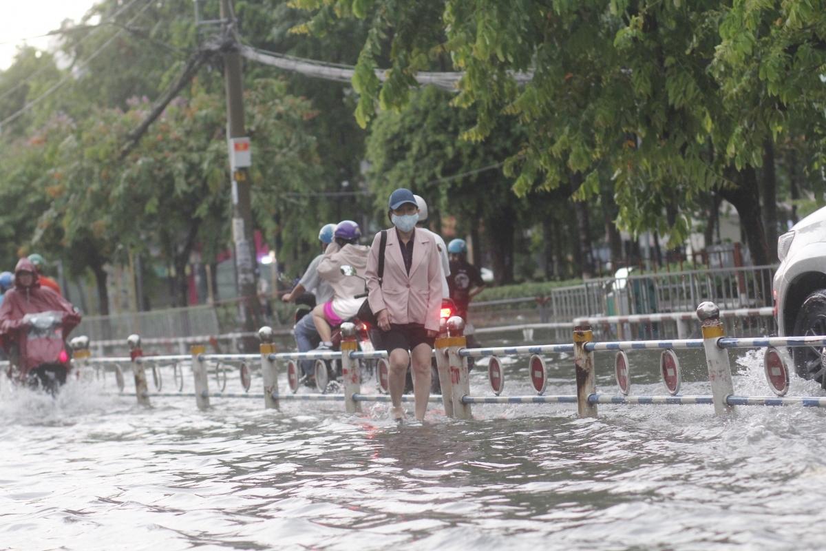 Người dân bì bõm lội nước đi học, đi làm.