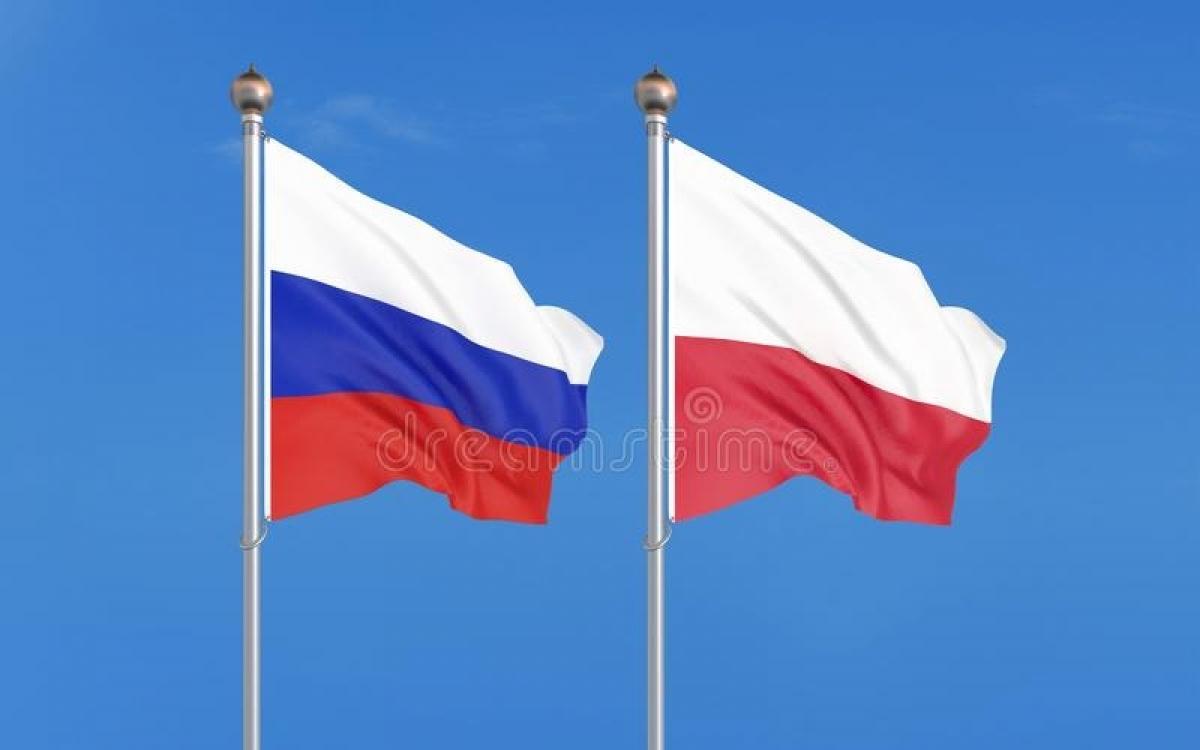 Cờ Nga và Ba Lan. Ảnh: Dreamstime.