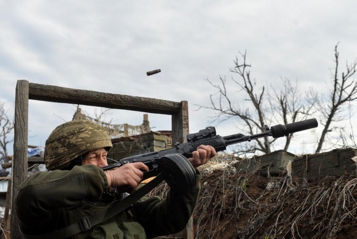Binh sĩ Ukraine cố bắn hạ vật thể được cho là máy bay không người lái (UAV) tại giới tuyến ngăn cách với khu vực do lực lượng ly khai kiểm soát gần Donetsk, Ukraine. Ảnh:Reuters.