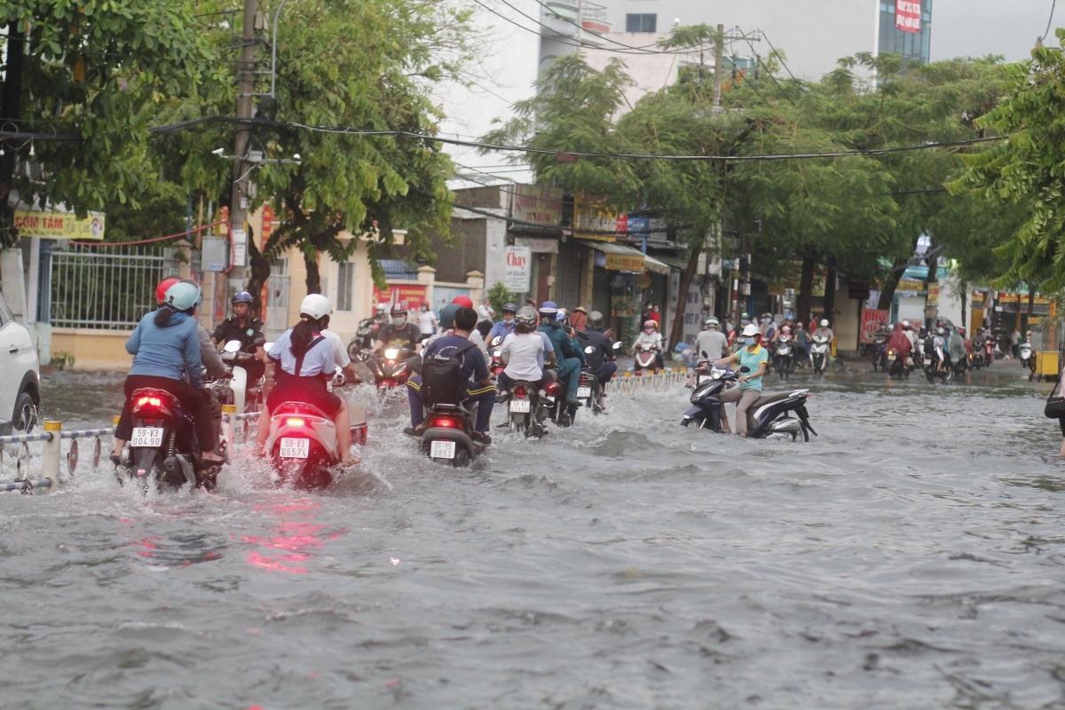 Sau cơn mưa nhiều tuyến đường ở TPHCM biến thành sông.