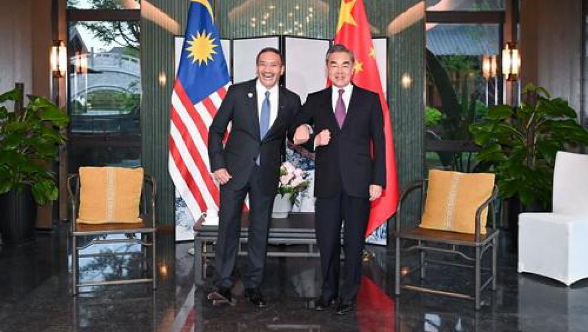 Ngoại trưởng Trung Quốc và Ngoại trưởng Malaysia. (Ảnh: Chinanews)