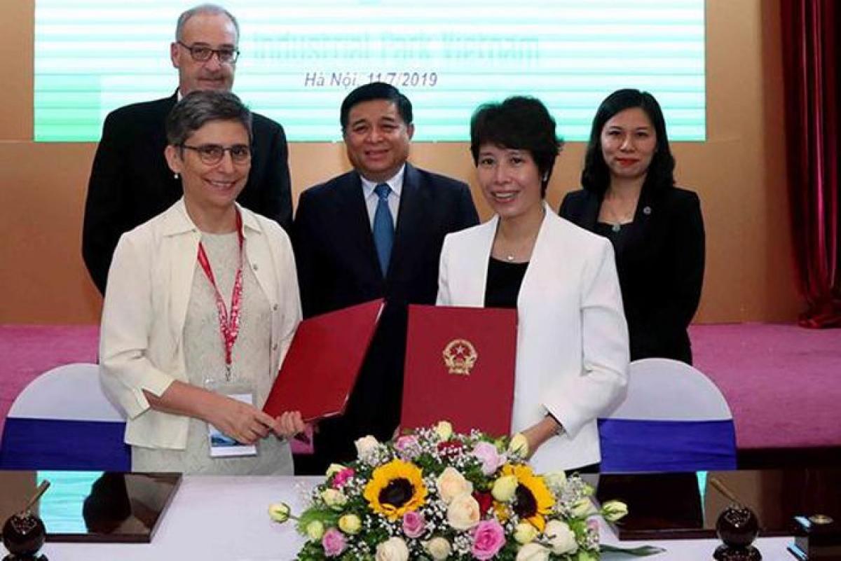Tân Thứ trưởng Bộ Kế hoạch và Đầu tư Nguyễn Thị Bích Ngọc (áo trắng) bên phải. Ảnh: Vietnamnet
