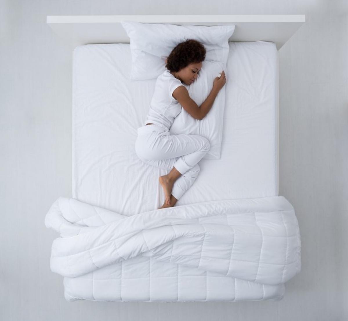 Chân bồn chồn: Nghiên cứu cho thấy hội chứng chân bồn chồn là một trong những nguyên nhân gây mất ngủ hàng đầu. Hội chứng này gây cảm giác bồn chồn ở chân, khiến bạn muốn cử động chân kể cả khi đang ngủ. Các triệu chứng chân bồn chồn thường tệ hơn vào ban đêm và sử dụng thuốc kháng histamin để điều trị càng khiến giấc ngủ của bạn khó khăn hơn nữa.