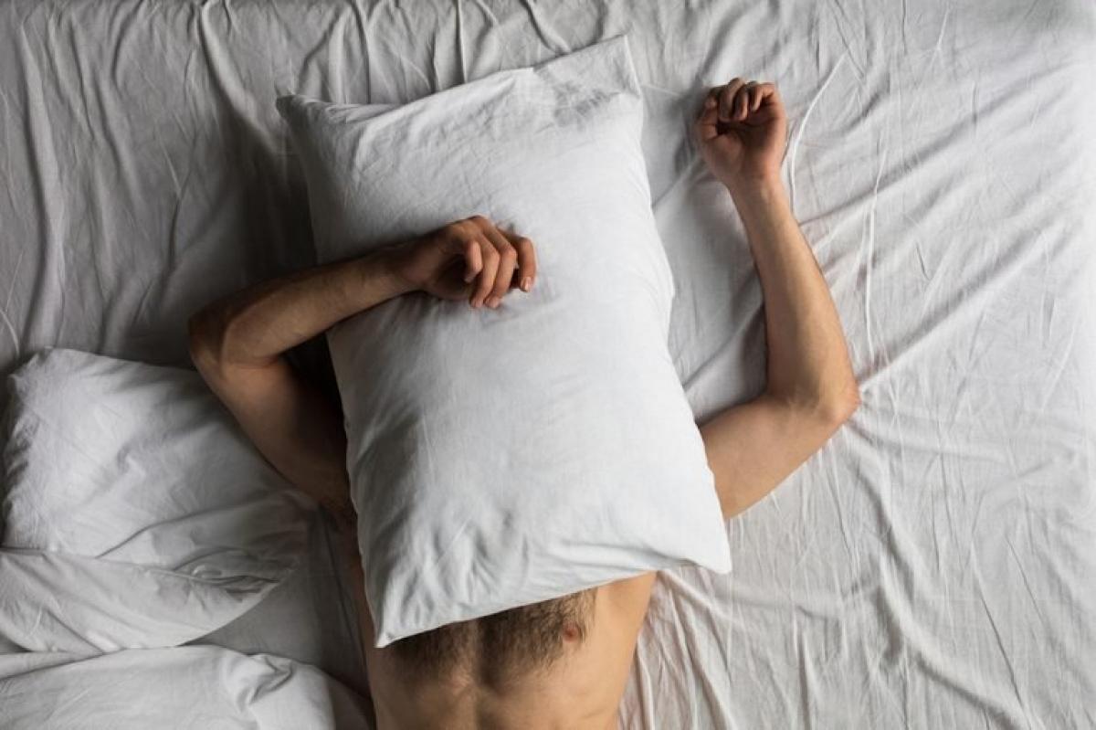 Phòng ngủ quá nóng: Nhiệt độ phòng ngủ và chất lượng giấc ngủ có liên quan mật thiết với nhau. Cơ thể bạn cần nhiệt độ thấp để dễ dàng đi vào giấc ngủ; do đó nằm trong một căn phòng quá nóng sẽ khiến bạn khó ngủ hơn và dễ bị tỉnh giấc giữa đêm hơn.