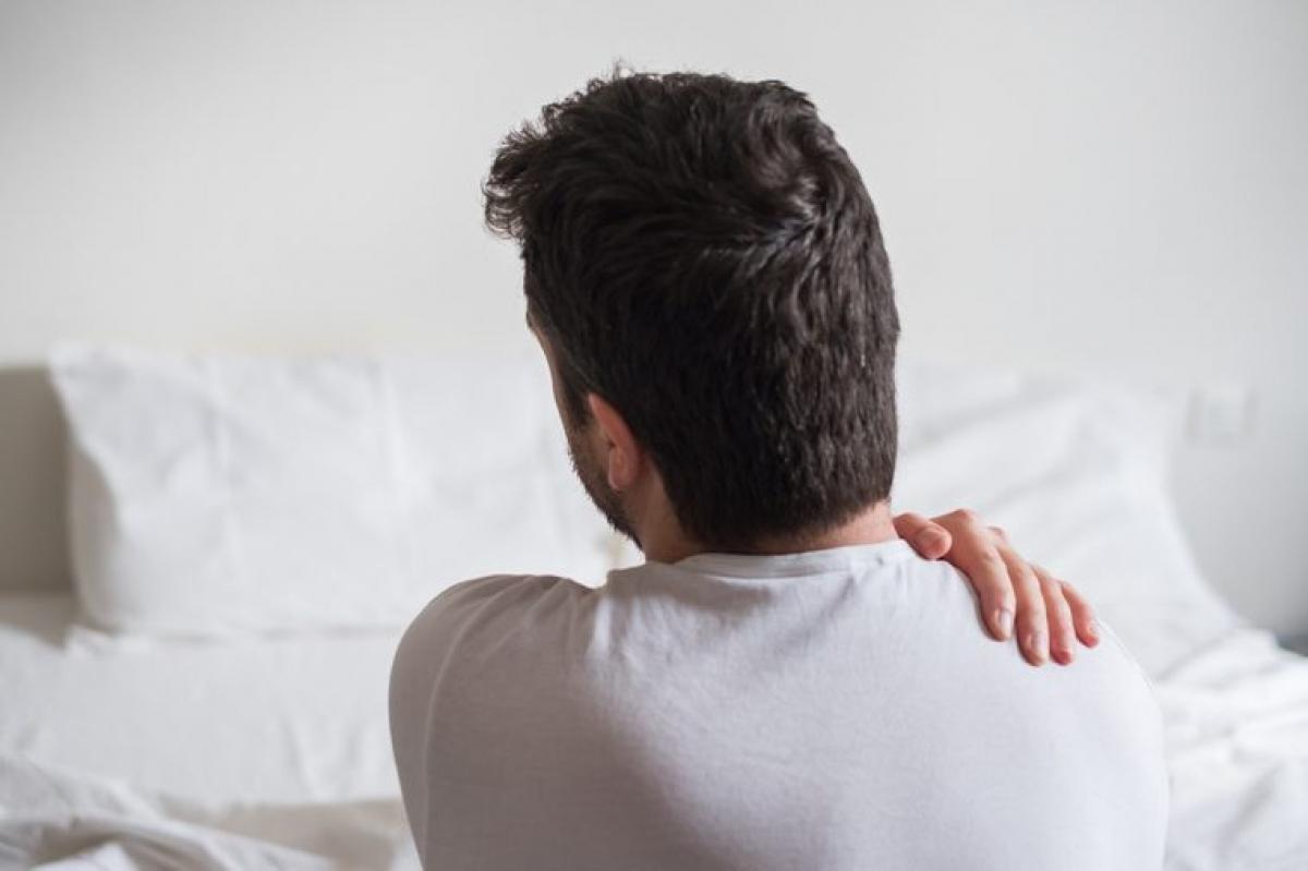 Đệm quá cứng: Đệm ngủ quá cứng sẽ làm tăng áp lực lên các điểm ở hông và vai, đồng thời lực nâng đỡ của đệm ở vùng thắt lưng rất kém, khiến bạn phải trở mình liên tục để giảm áp lực lên các vị trí này, và hệ quả là một giấc ngủ không ngon.