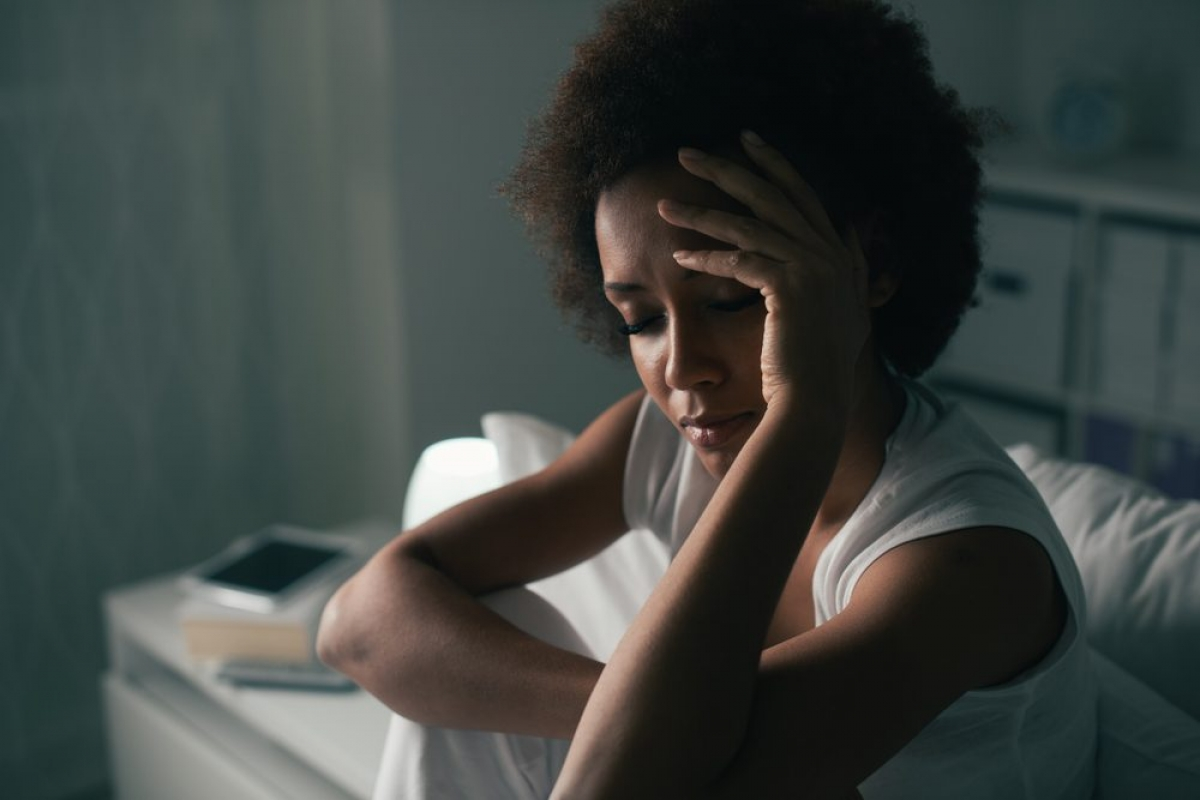 Chứng ngưng thở khi ngủ: Nếu bạn thường xuyên tỉnh giấc vào ban đêm, có thể bạn mắc chứng ngưng thở khi ngủ. Triệu chứng của bệnh lý này bao gồm ngáy to đi kèm với những đợt ngưng thở thường xuyên trong khi ngủ.