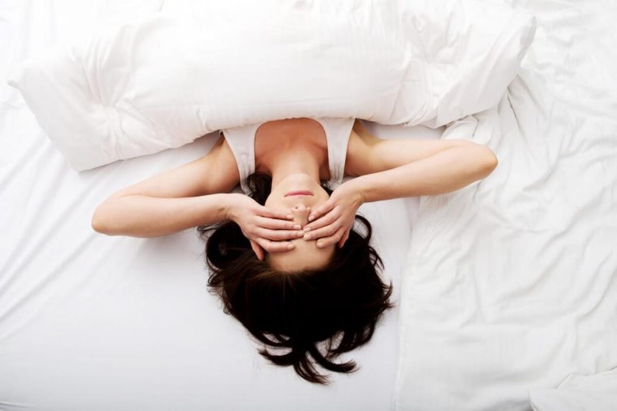 Căng thẳng kéo dài: Căng thẳng là một trong những nguyên nhân chính gây mất ngủ. Lo lắng kéo dài về công việc, tài chính, gia đình, hay cả những việc lặt vặt thường ngày sẽ khiến bạn dễ tỉnh giấc giữa đêm. Bạn hãy thử tập thể dục thường xuyên hơn để giảm căng thẳng, lo âu và ngủ ngon hơn.