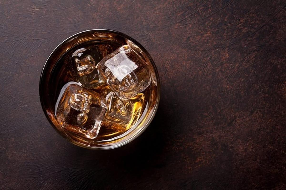 Trong cơ thể có cồn: Nghiên cứu cho thấy sử dụng rượu bia trong khoảng 4 giờ đồng hồ trước khi đi ngủ có thể làm giảm chất lượng giấc ngủ. Mặc dù uống rượu bia có thể khiến bạn chìm vào giấc ngủ nhanh hơn, nhưng thời gian ngủ sẽ bị rút ngắn.