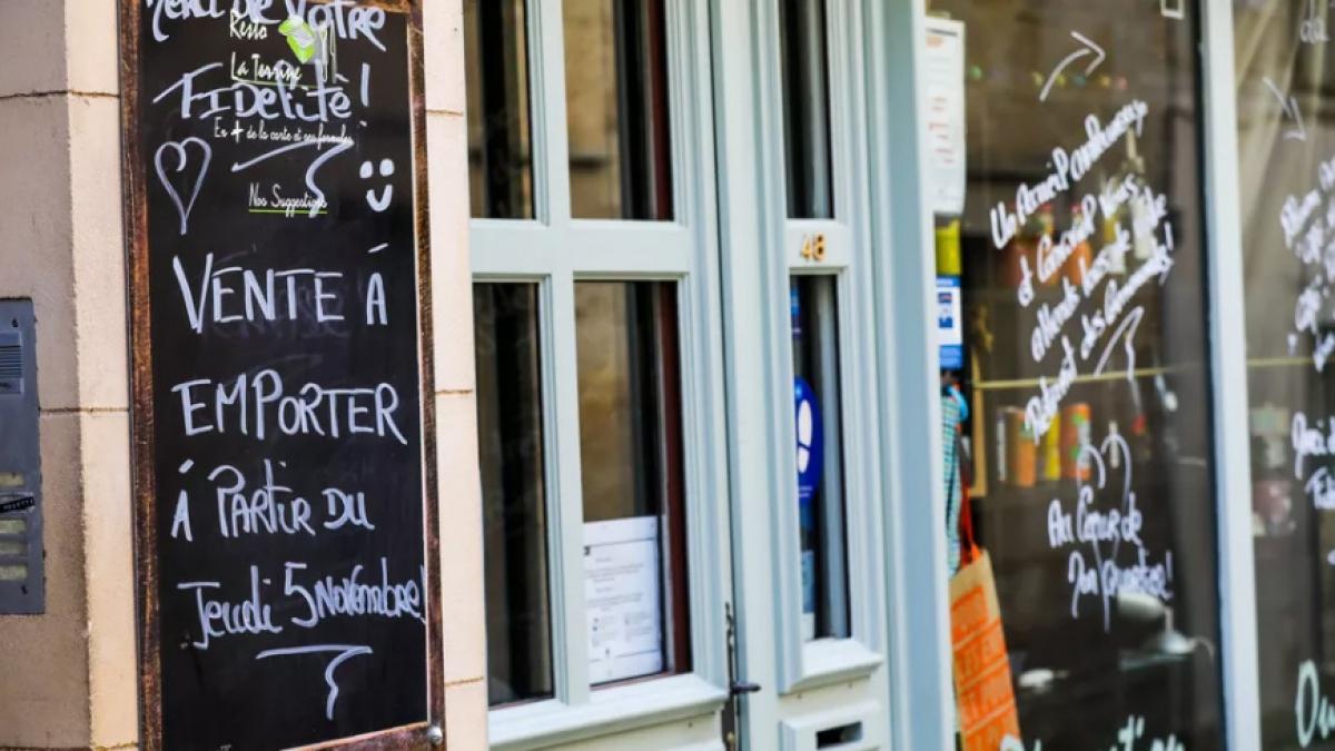 Trong thời gian phong tỏa, các nhà hàng Pháp chỉ được phép bán mang đi. Ảnh: Le Parisien
