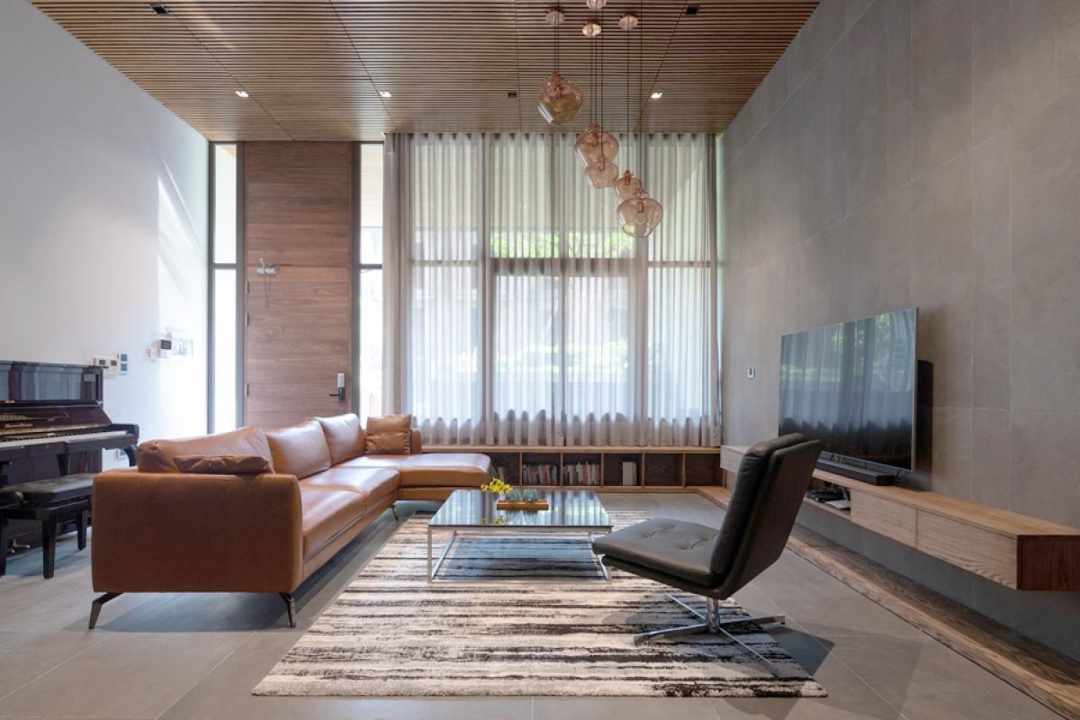 Nội thất mang phong cách hiện đại với đường nét đơn giản. Màu sắc chủ đạo là màu trung tính. Chất liệu gỗ được sử dụng với liều lượng hợp lý đem lại sự gần gũi mà vẫn sang trọng.