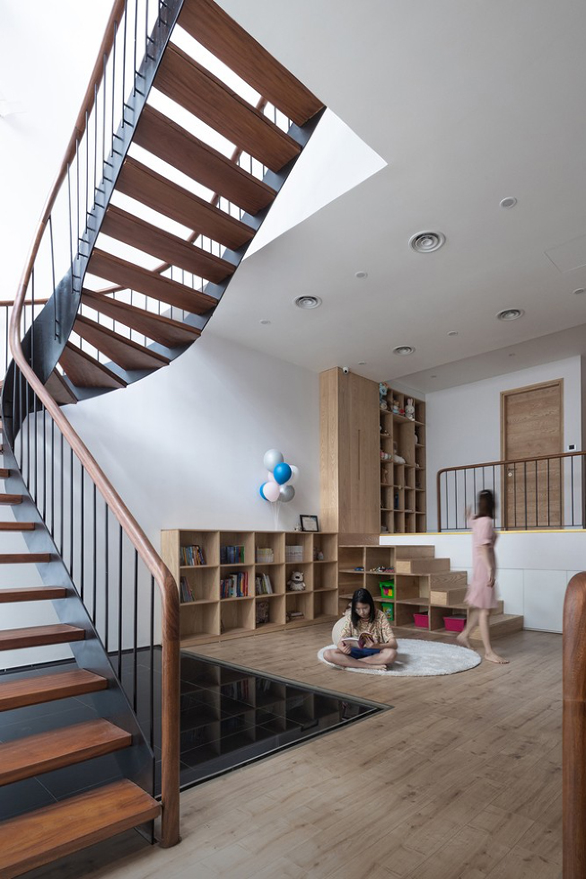 Tầng 2 là không gian của những đứa trẻ với hai phòng ngủ. Điều thú vị là cầu thang dài từ tầng dưới lên dừng lại ở đây và tiếp nối là một cầu thang mới ở vị trí khác uốn lượn đi trên mặt nước. Cạnh đó là không gian sinh hoạt, chơi đùa của lũ trẻ.