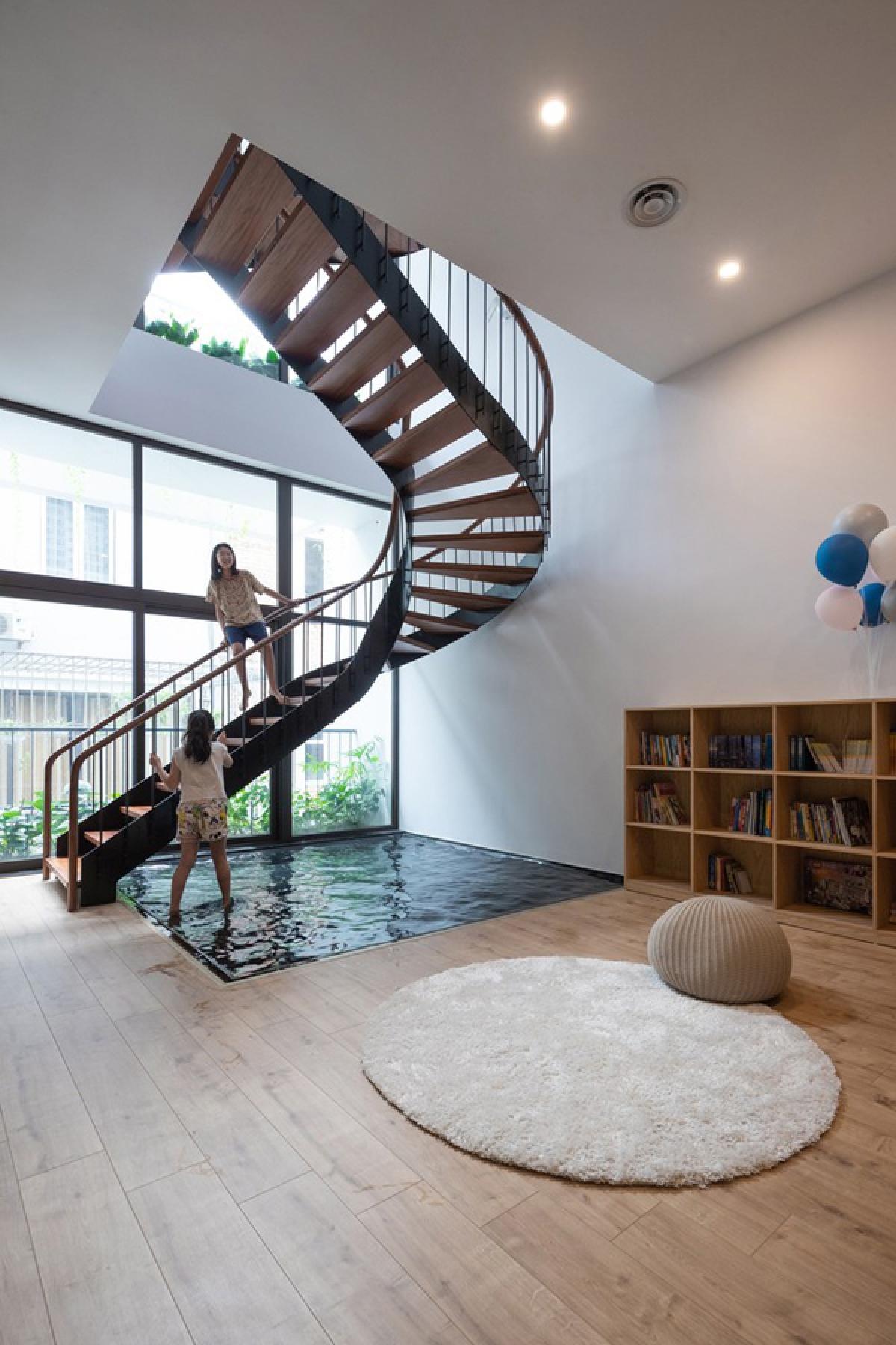 Đây là điểm nhấn thú vị và đắt giá trong không gian nội thất ngôi nhà. Việc sử dụng màu tối của đáy mặt nước cho cảm giác sâu, nhưng thực ra mặt nước rất nông để đảm bảo an toàn.