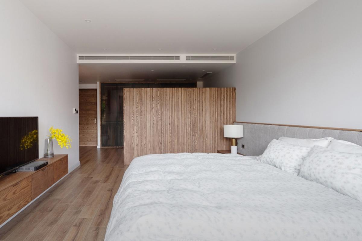 Tầng 3 là phòng ngủ bố mẹ được bố trí như một căn hộ mini với các phân khu chức năng khác nhau: ngủ, vệ sinh, tủ quần áo và thay đồ. Tất cả được sắp xếp liên hoàn và tiện dụng.