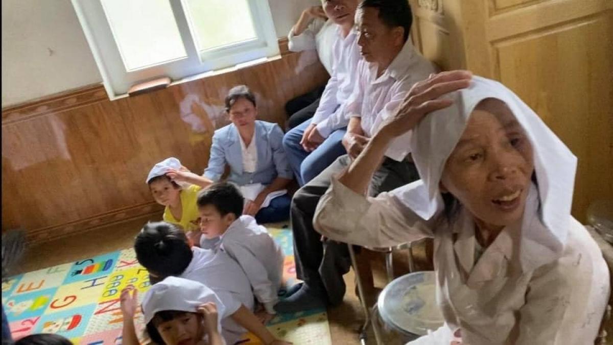 """Nhóm gồm 6 người lớn và 6 trẻ nhỏ đang sinh hoạt """"Hội thánh Đức Chúa trời Mẹ"""" trái phép thì bị công an phát hiện."""