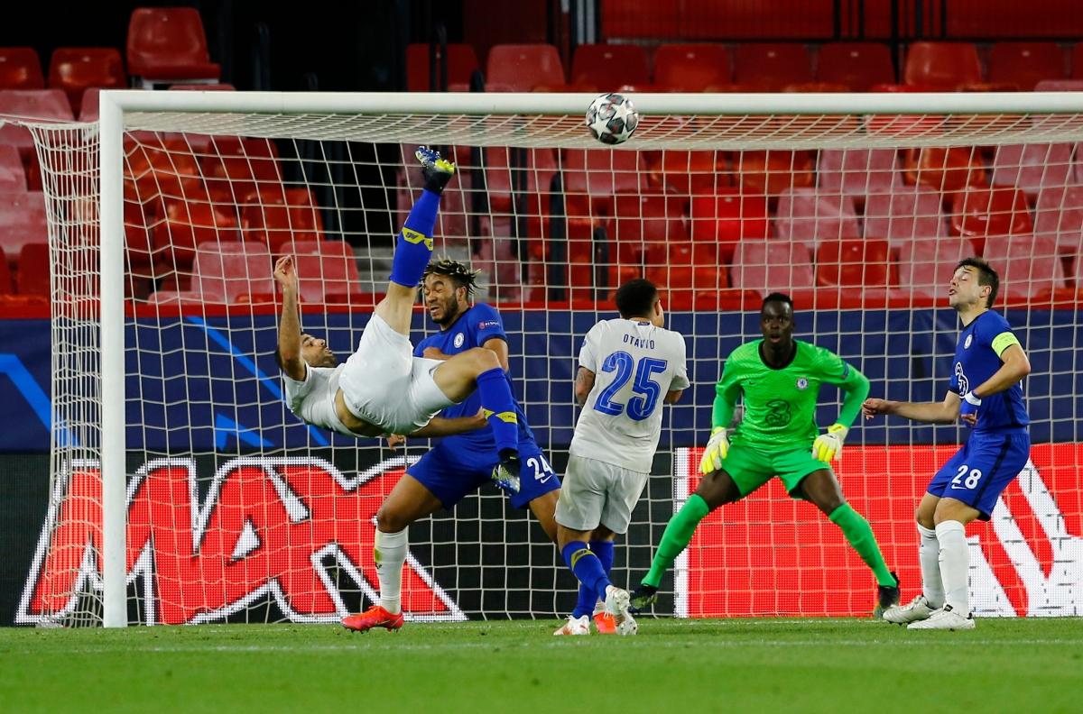 Khoảnh khắc Taremi lập siêu phẩm vào lưới Chelsea. (Ảnh: Getty).