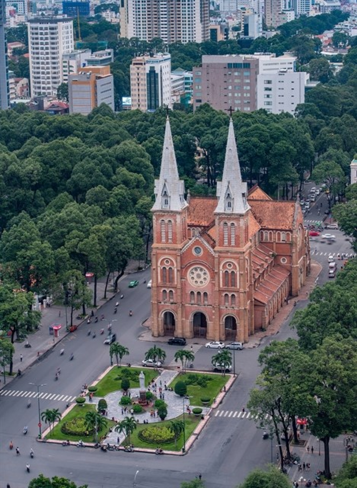 VR technology will be used to show visitors the Notre-Dame Cathedral Basilica of Saigon along with 100 other tourist attractions.