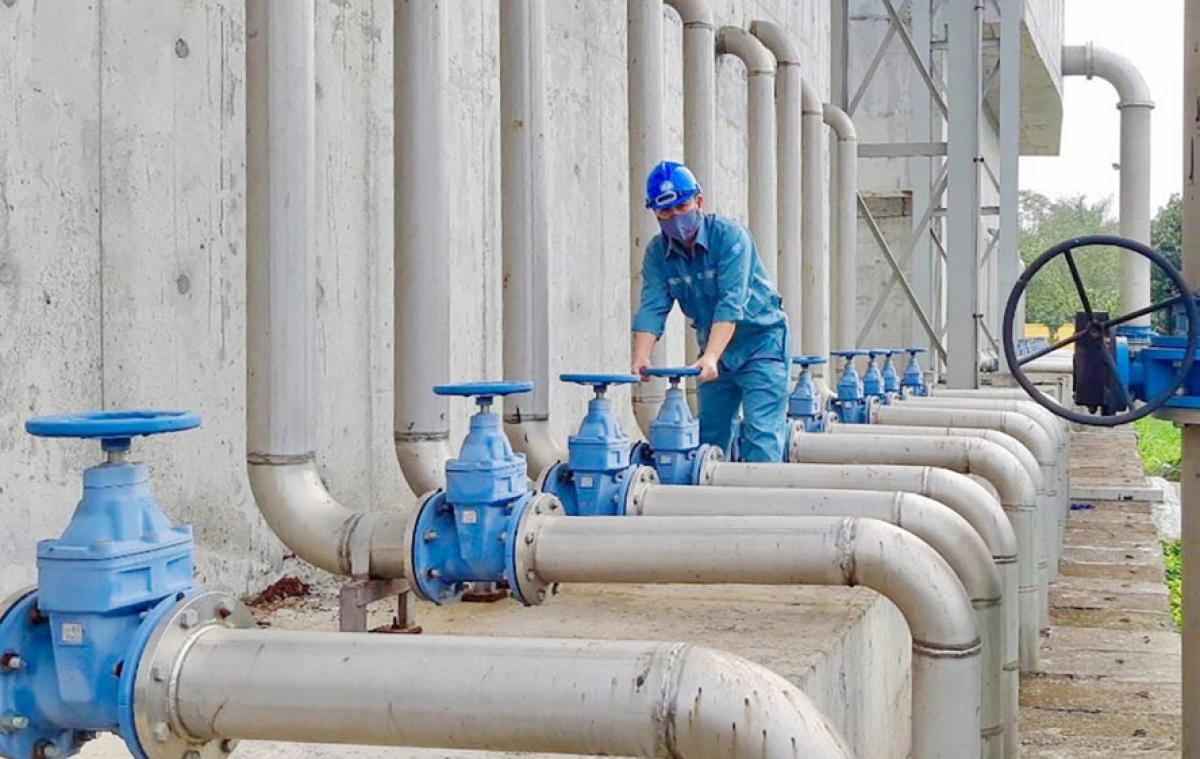 Công nhân kiểm tra hệ thống van khu xử lý nước, bảo đảm vận hành mạng lưới cấp nước (ảnh minh họa)