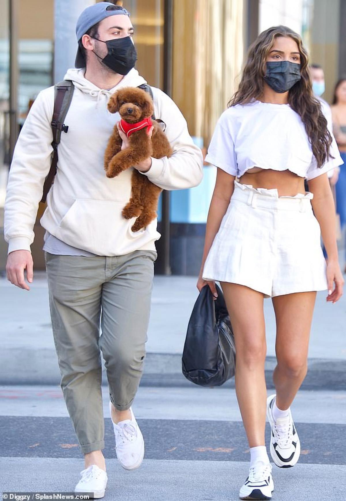 Olivia Culpo vui vẻ đi dạo phố cùng một người bạn ở Beverly Hills ngày 9/4, theo giờ địa phương.