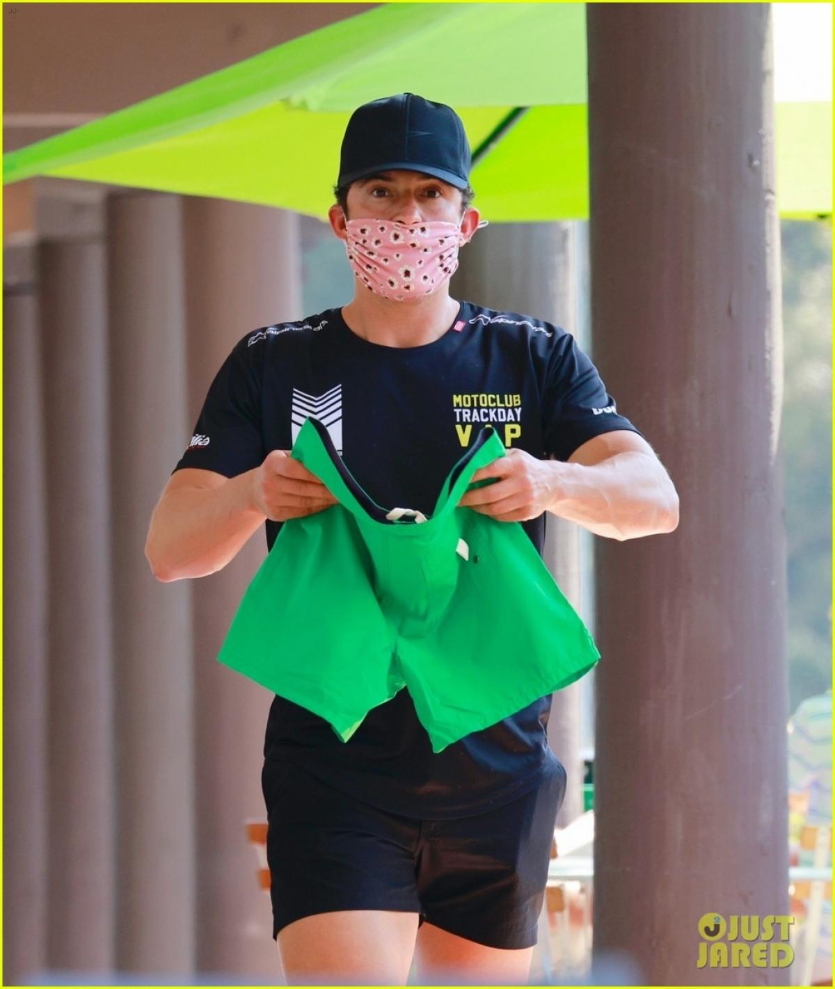 Orlando Bloom và Katy Perry cùng nhau đi mua sắm ở California chiều 17/4, theo giờ địa phương.
