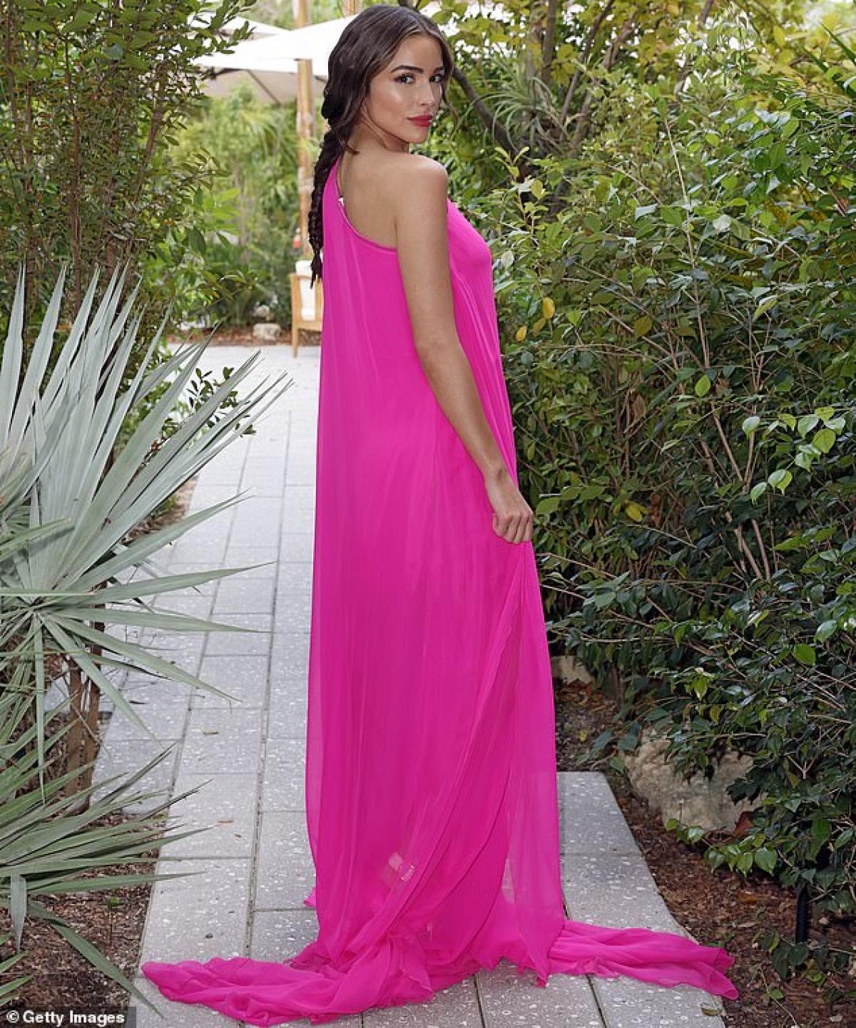Người đẹp trang điểm nhẹ nhàng, diện đầm lệch vai màu hồng nổi bật của thương hiệu thời trang nổi tiếng.