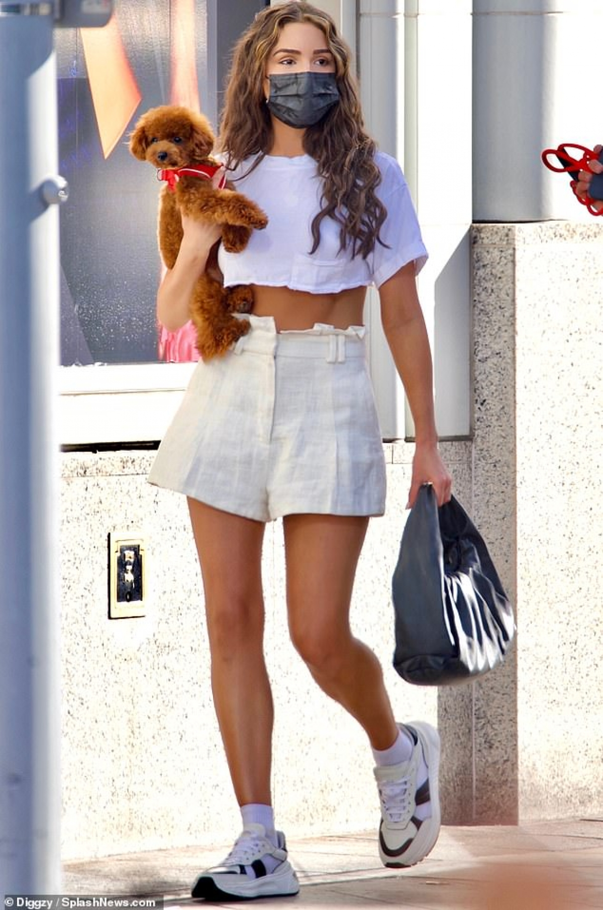 """Hoa hậu Hoàn vũ 2012 """"lột xác"""" với tóc xoăn sóng gợi cảm, diện áo croptop và chân váy ngắn, khoe khéo vóc dáng thanh mảnh và vòng eo săn chắc."""