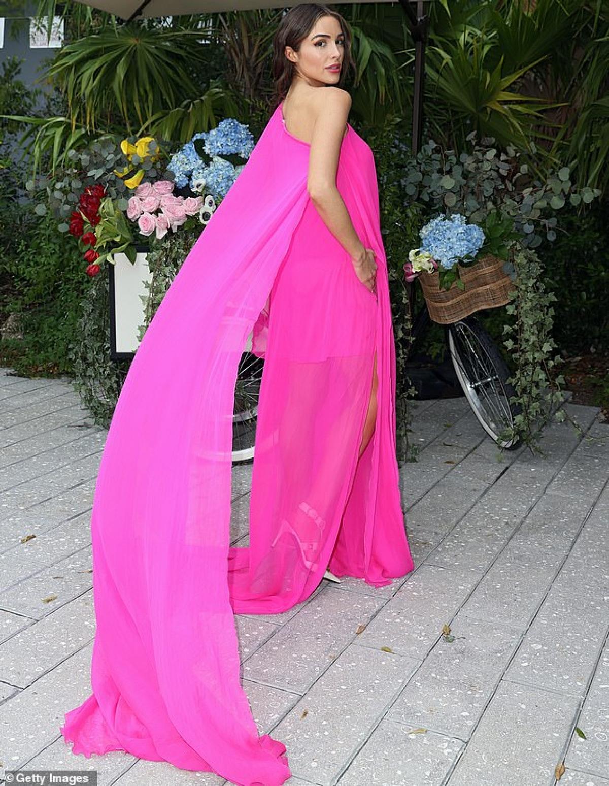 Hoa hậu Hoàn vũ 2012 sở hữu làn da rám nắng và vóc dáng thanh mảnh, cuốn hút.