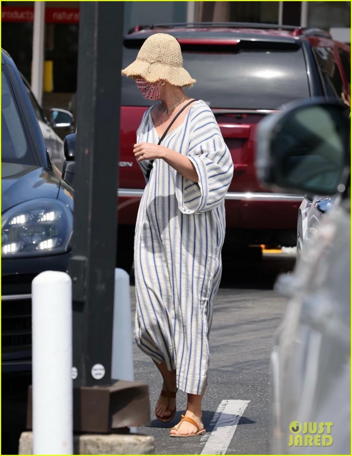 Trong khi đó, Katy Perry diện đầm maxi kẻ sọc dáng rộng giản dị.