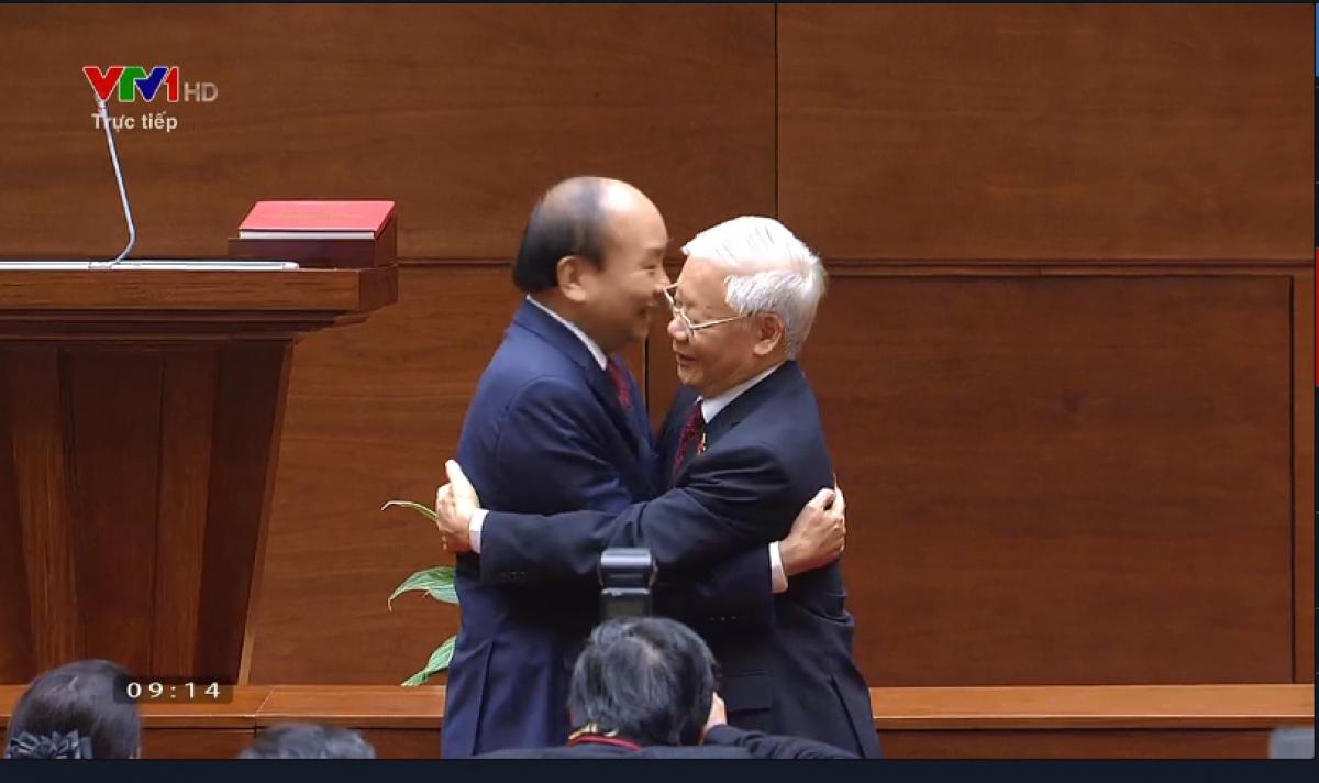 Chủ tịch nước Nguyễn Xuân Phúc ôm hôn trước khi tặng hoa cho Tổng Bí thư Nguyễn Phú Trọng.