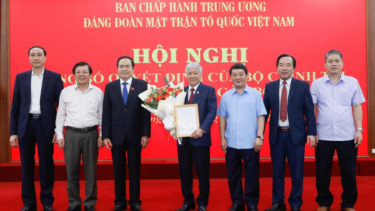 Lãnh đạo Ủy ban Trung ương MTTQ Việt Nam chúc mừng ông Đỗ Văn Chiến