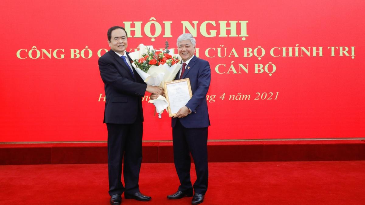 Ông Trần Thanh Mẫn trao quyết định và tặng hoa ông Đỗ Văn Chiến.