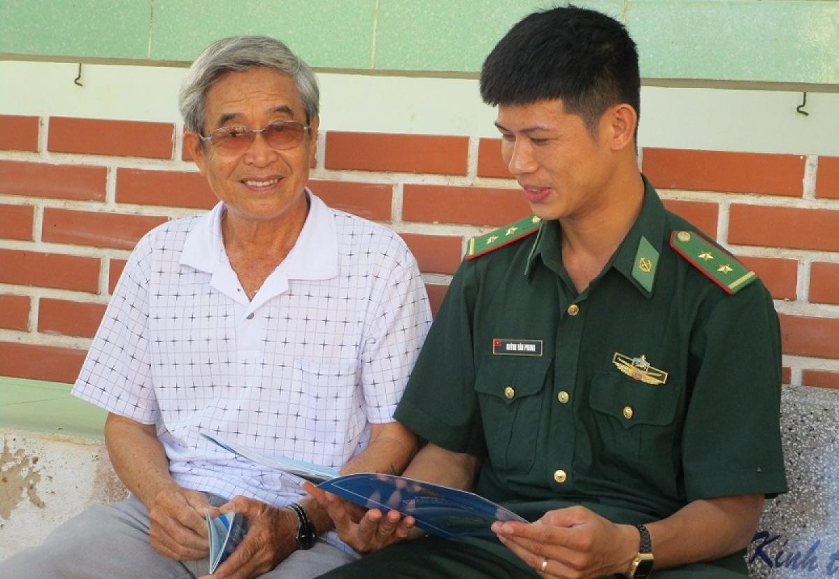Ông Lê Phước Trung, ngụ xã Long Hải đang nghe giải đáp thắc mắc về công tác bầu cử.