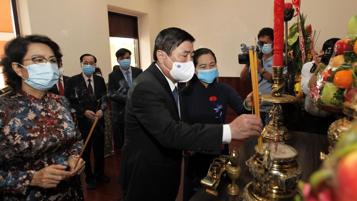 Ông Nguyễn Thành Phong - Chủ tịch UBND TP HCM dâng hương tưởng niệm Chủ tịch Hồ Chí Minh và Chủ tịch Tôn Đức Thắng