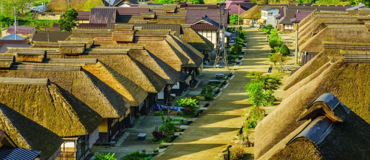 Làng cổ Ouchijuku đã từng rất hưng thịnh dưới thời Edo. Ngày nay, hơn 30 ngôi nhà cổ vẫn được bảo tồn và tạo nên một khung cảnh đầy hoài niệm về những ngày xưa cũ của nước Nhật. Đặc sản ở đây là mì Negi-soba, được ăn bởi cọng hành tươi chứ không phải bằng đũa.