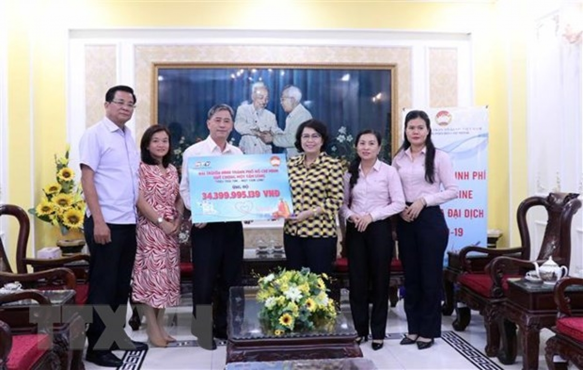 Representatives from the Vietnam Fatherland Front Committee in Ho Chi Minh Cityreceive support from businesses, local residents and overseas Vietnamese.