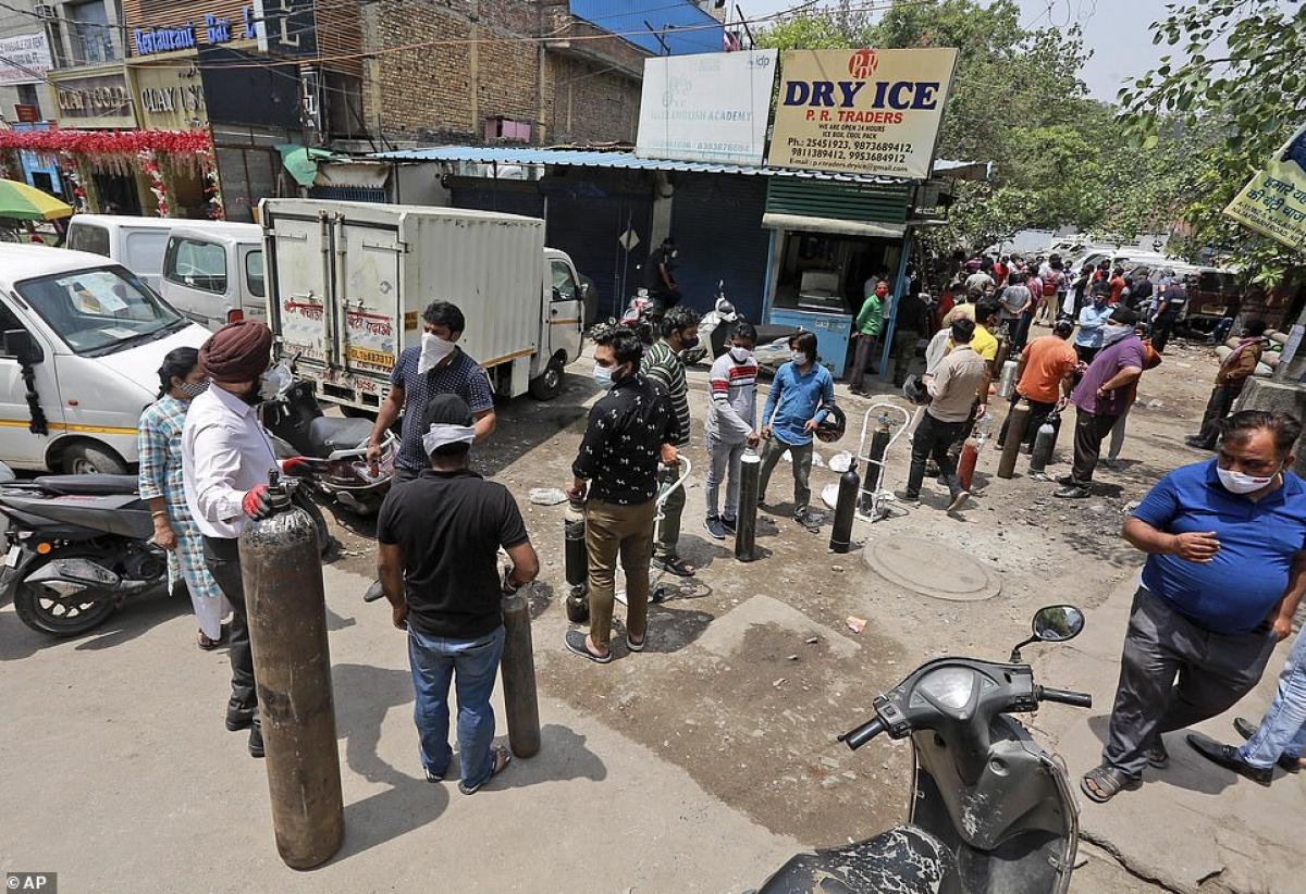 Cảnh sát Ấn Độ đã được triển khai tại các bệnh viện để phòng tình trạng trộm cắp bình chứa oxy. Người dân phải trả hàng ngàn rupee để nạp đầy mỗi bình oxy.