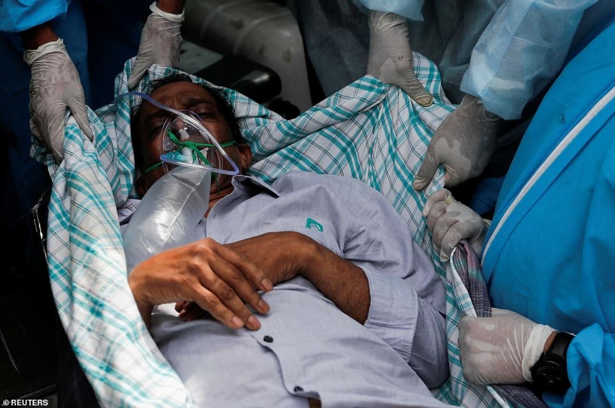Trong hoàn cảnh khó khăn như thế này, đã xảy ra hỏa hoạn ở một số cơ sở điều trị Covid-19 tại Ấn Độ. Trong ảnh, nhân viên y tế di dời 1 bệnh nhân Covid-19 sau khi có đám cháy ở đây./.