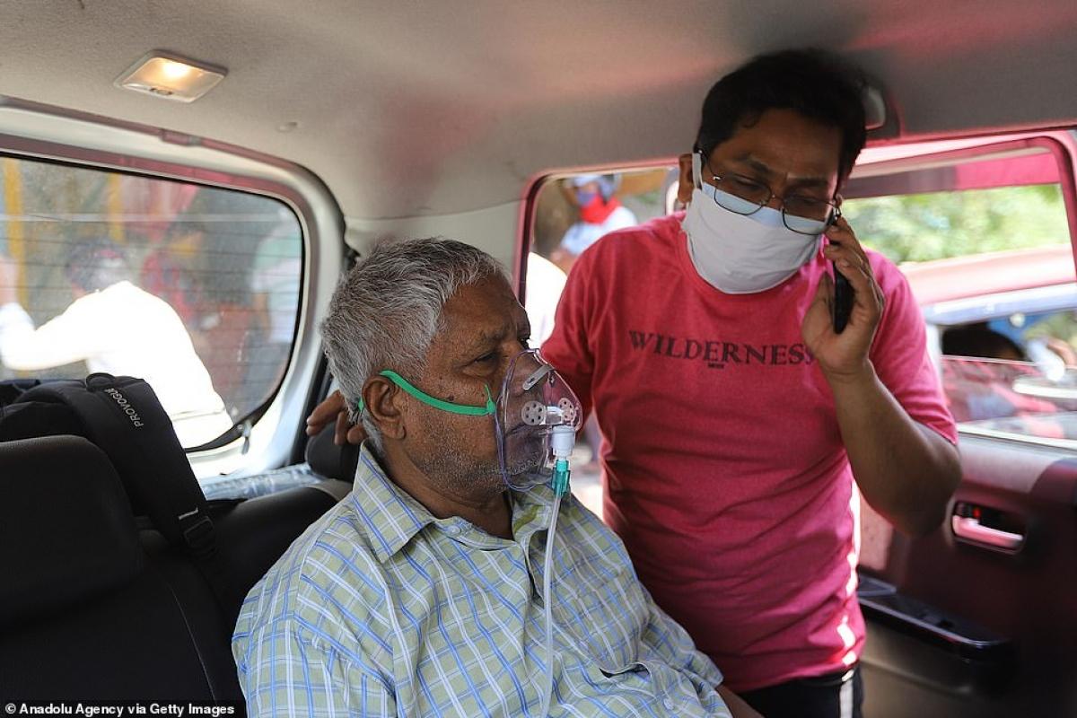 Được thở bình oxy tại chỗ, ở Uttar Pradesh, Ấn Độ.