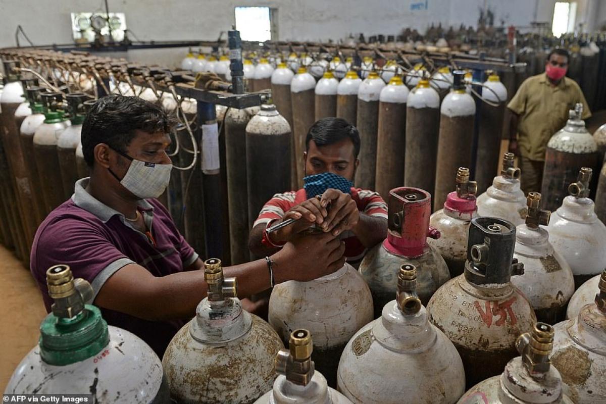 Một cơ sở nạp khí oxy vào bình kim loại.