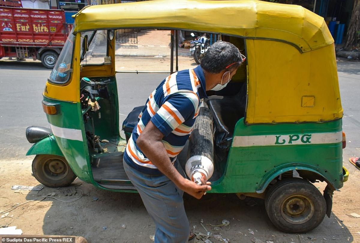"""Chất bình oxy lên """"xe lam"""" kiểu Ấn Độ."""