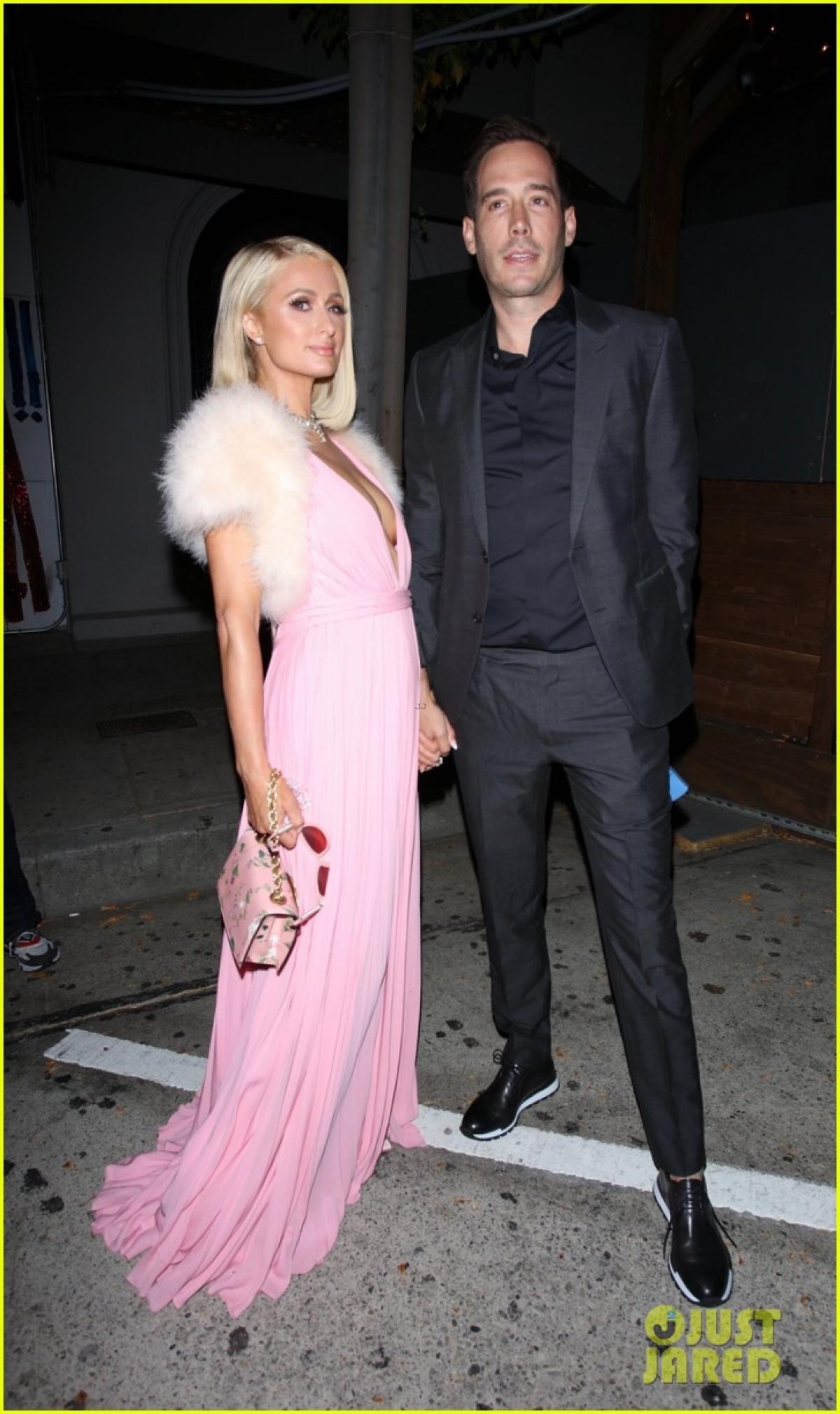 Mới đây, Paris Hilton và hôn phu Carter Reum sánh đôi tình tứ đi dự tiệc tại nhà hàng Craig's ở California.