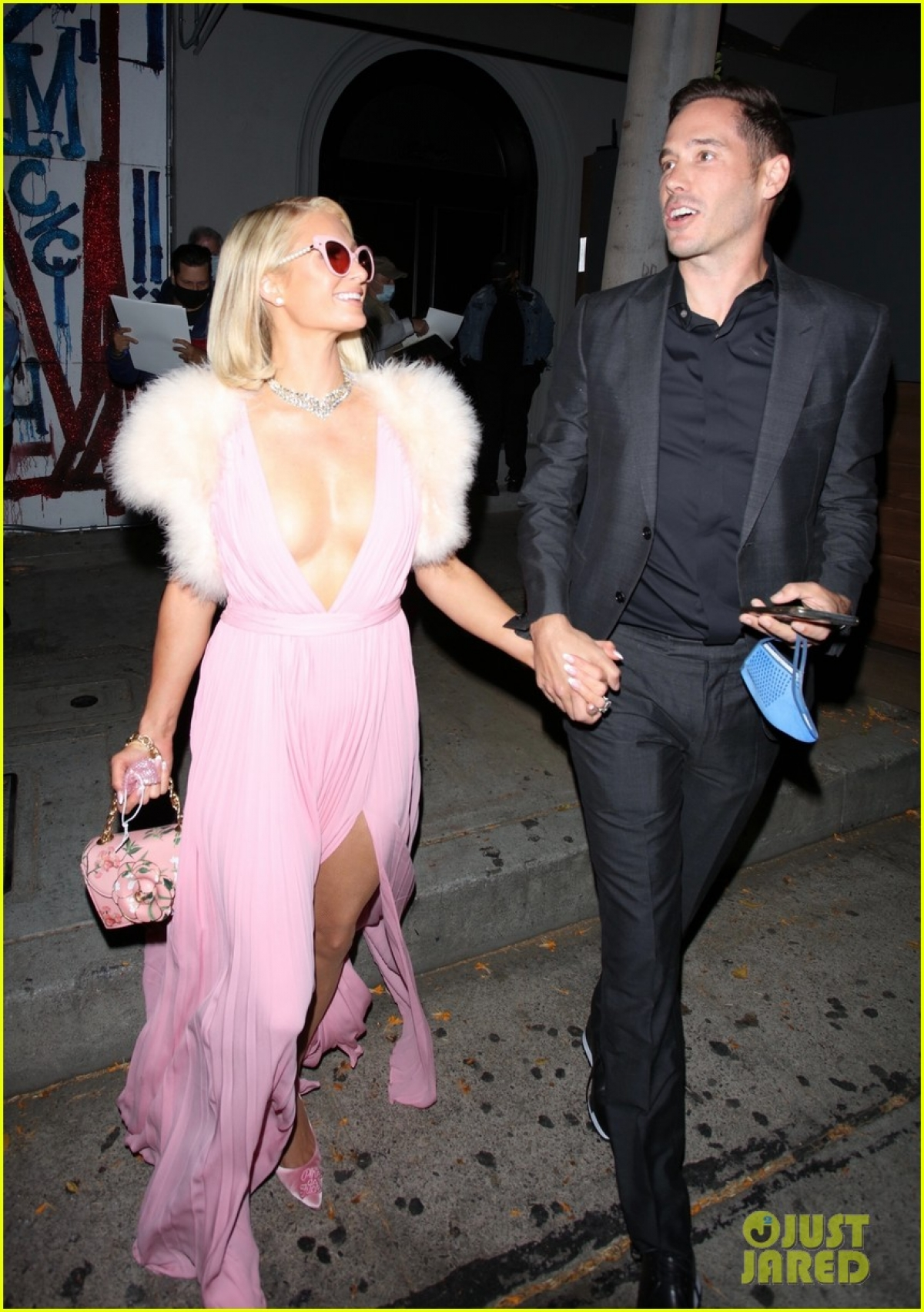 """Trong cuộc trò chuyện mới đây trên kênh iHeartRadio, Paris Hilton đã thẳng thắn chia sẻ về cuộc sống hiện tại của mình cũng như chuyện tình cảm với Carter Reum sau khi đính hôn. Trước câu hỏi, """"Cả hai có dự định tổ chức đám cưới sau khi đính hôn hay không"""", DJ 40 tuổi cho biết, """"Chắc chắn rồi, chúng tôi sẽ kết hôn""""."""