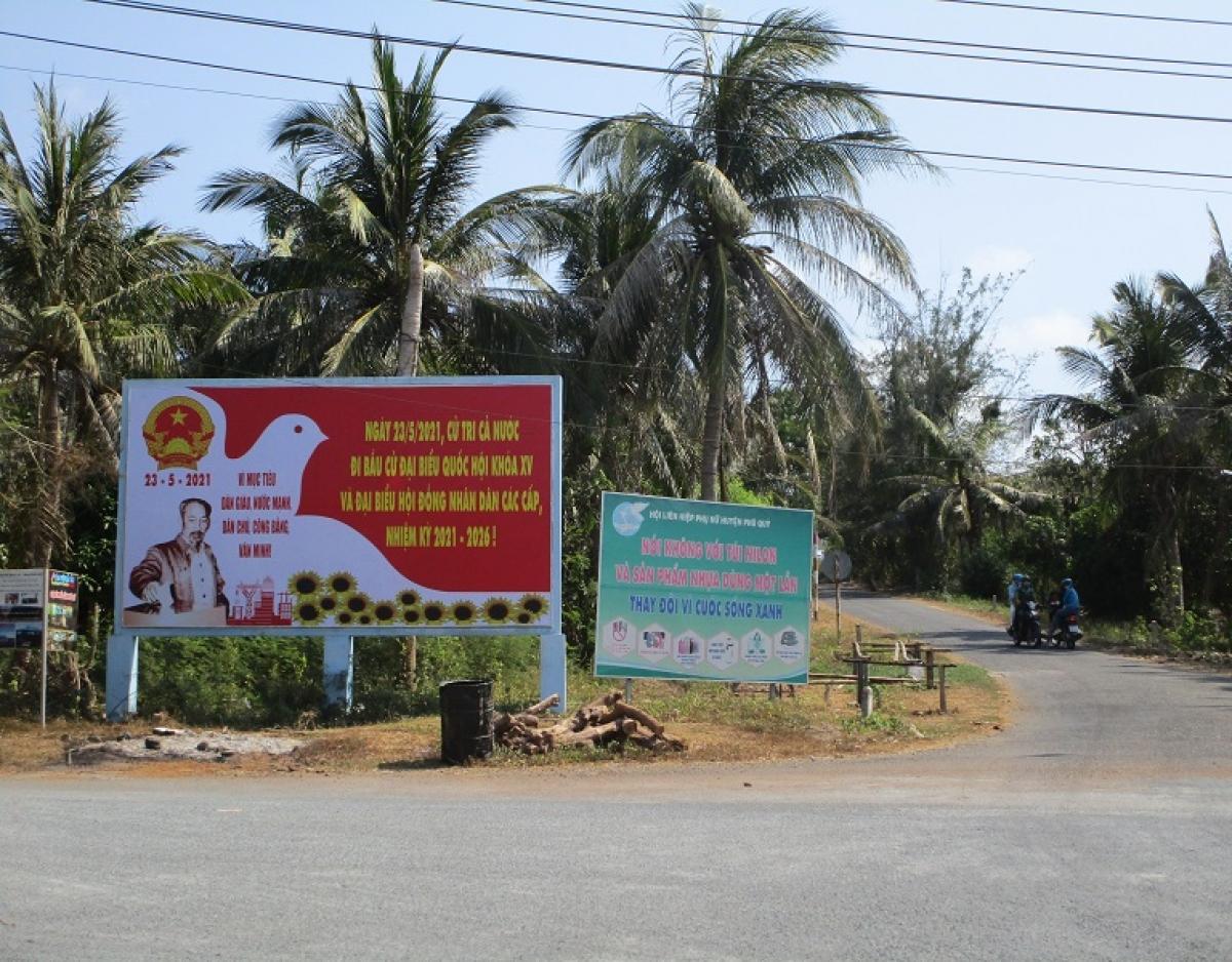 Pano tuyên truyền bầu cử được dựng lên trên các tuyến đường ở huyện đảo Phú Quý.